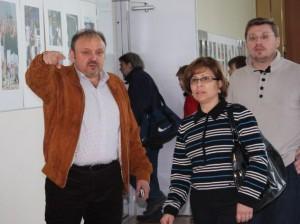 """Первый заммэра В.Е.Дудочкин показывает И.К.Родниной ДС """"Квант""""."""
